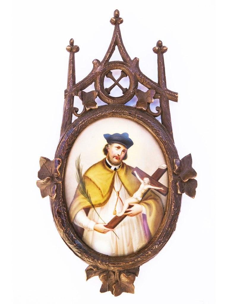 <p>Obrázek sv. Jana Nepomuckého vdřevěném vyřezávaném rámu, přelom 19. a 20. století.</p>
