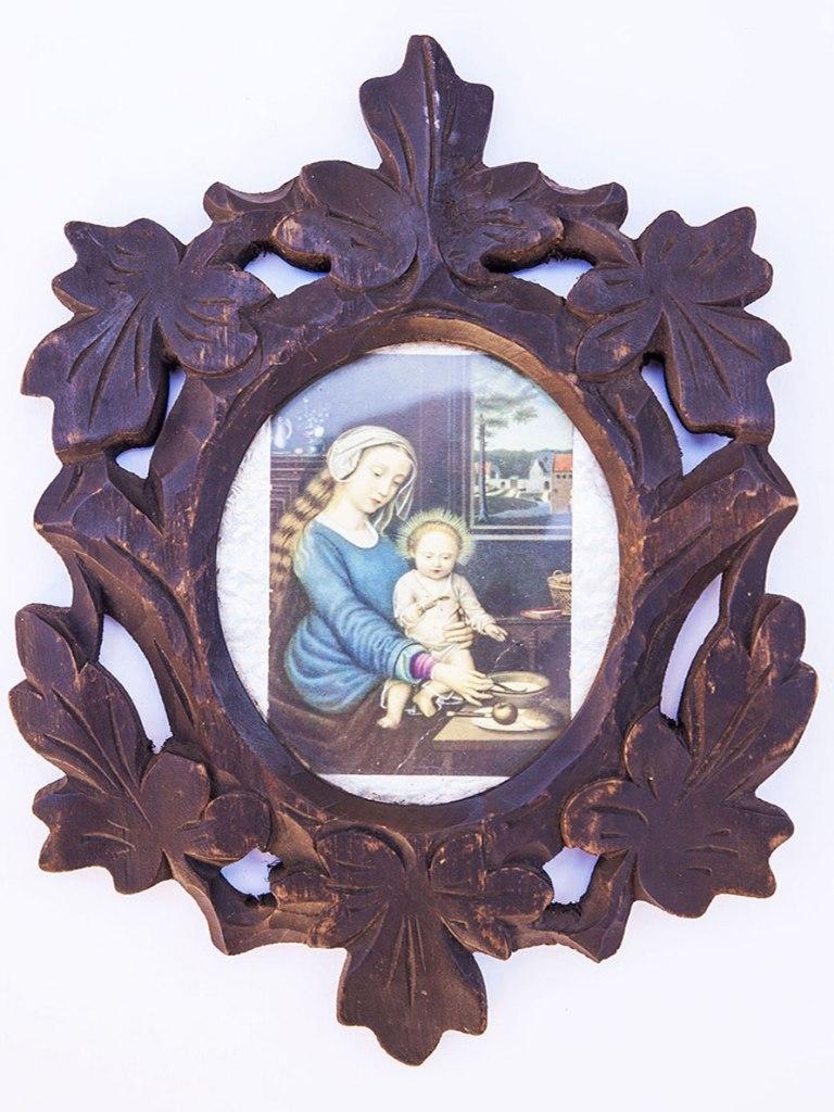<p>Obrázek Panny Marie sJežíškem vdřevěném vyřezávaném rámu, barvotisk, počátek 20. století.</p>