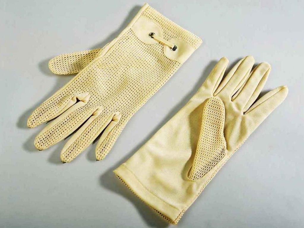 <p>Dámské rukavice Libuše Burdové, roz. Feiglové (* 1929) z Kralup n. Vlt.</p>