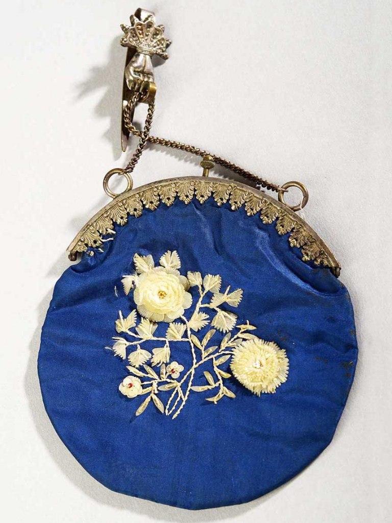 <p>Hedvábná kabelka zdobená růžemi z rybích šupin, 1. polovina 20. století.</p>