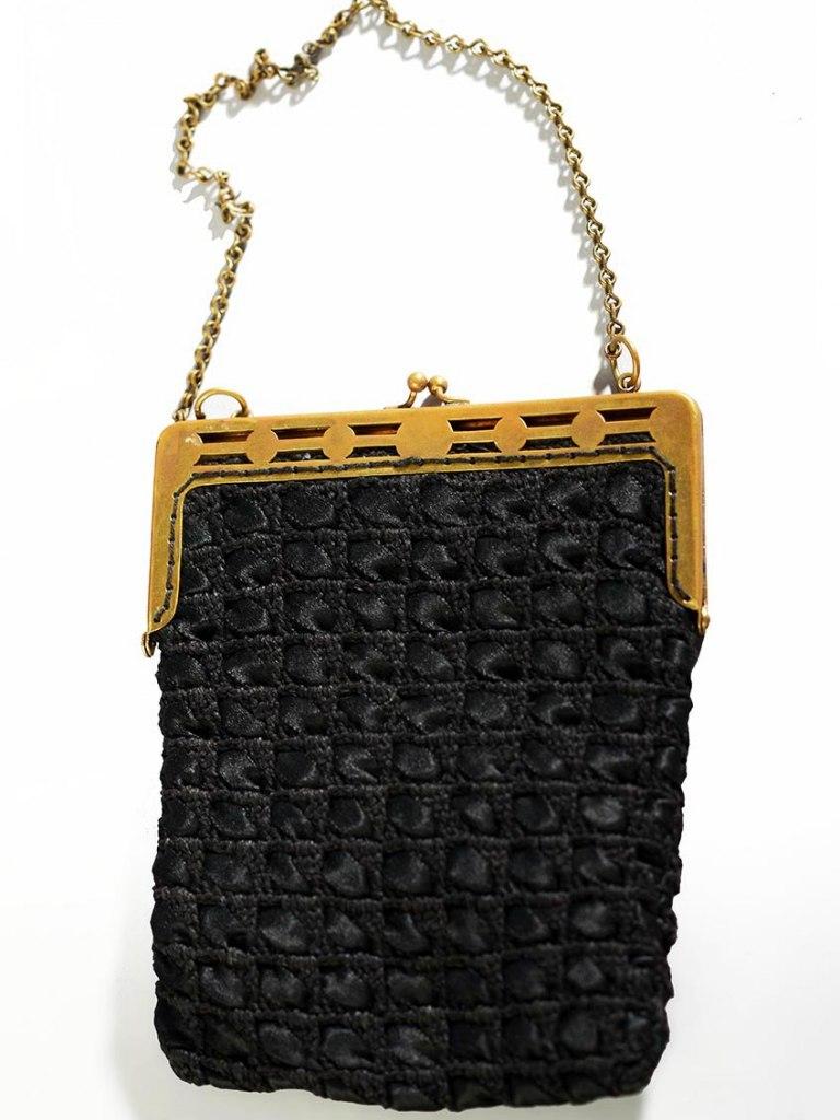 <p>Háčkovaná kabelka, 20. století.</p>