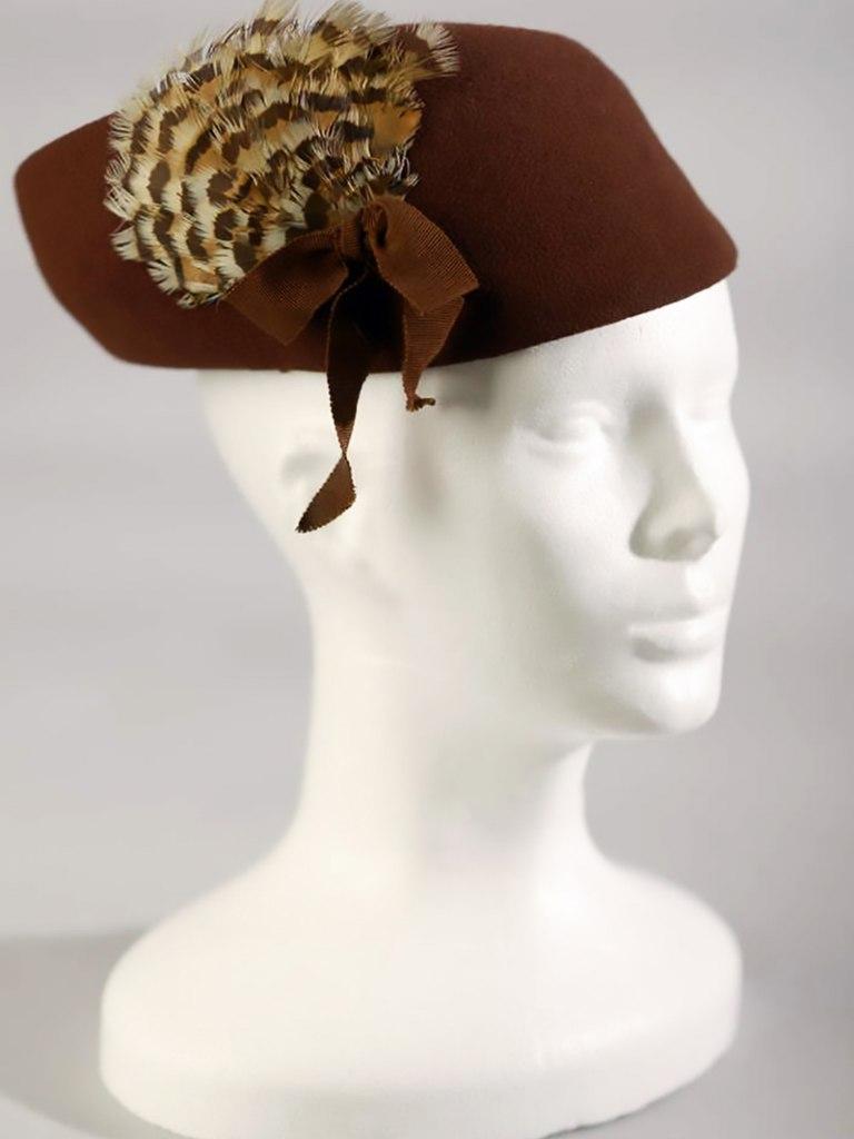 <p>Plstěný dámský klobouk, 30. - 40. léta 20. století.</p>