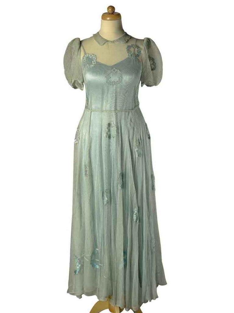 <p>Plesové šaty z průhledného tylu s našitými aplikacemi ve tvaru věnečku, 30. – 40. léta 20. století</p>