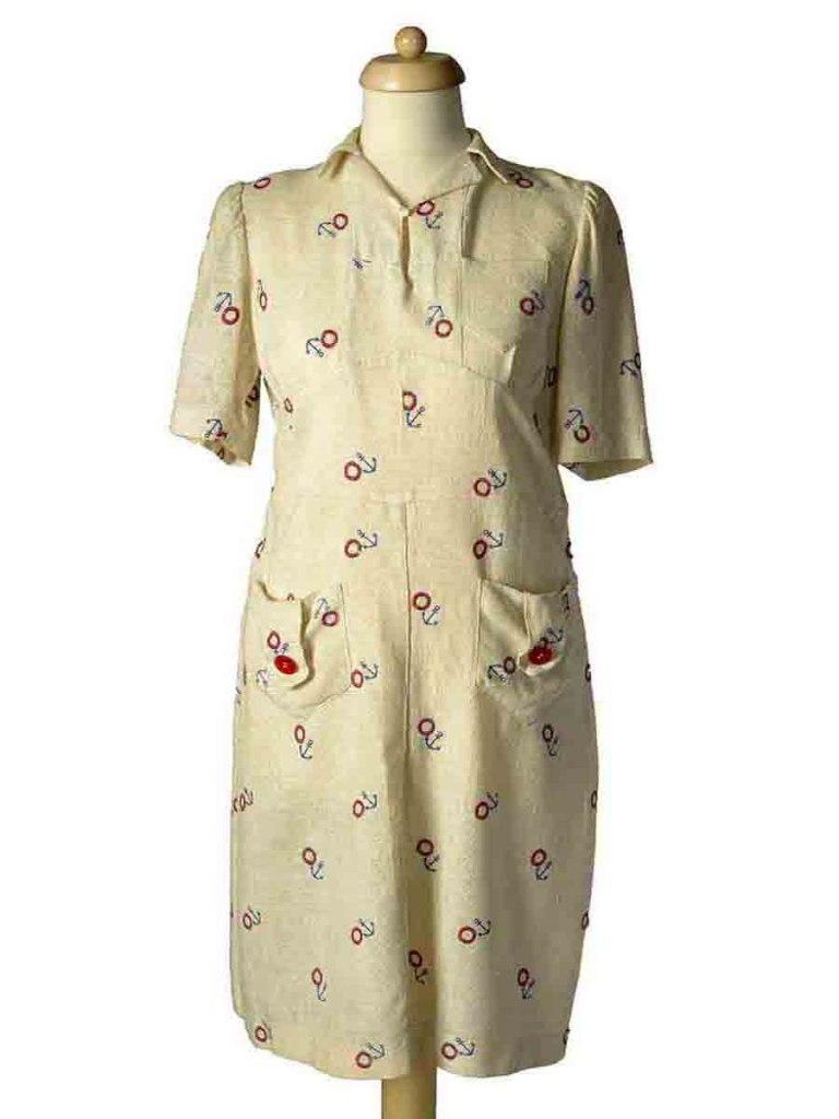 <p>Bavlněné šaty s výšivkami v námořnickém stylu, 30. – 40. léta 20. století.</p>
