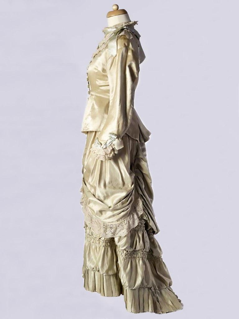 <p>Svatební šaty po Marii Jakubcové, roz. Urbanové (* 1886) z Kostelního Hlavna, počátek 20. století.</p>