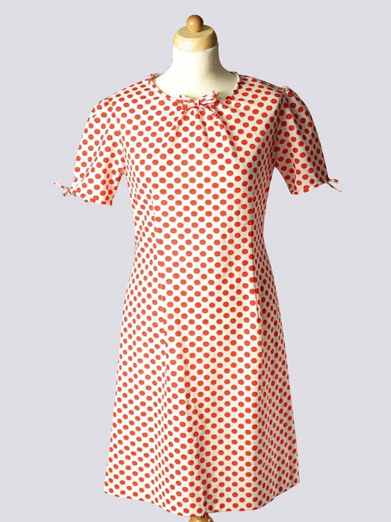 <p>Dívčí šaty s červenými puntíky, 1965.</p>