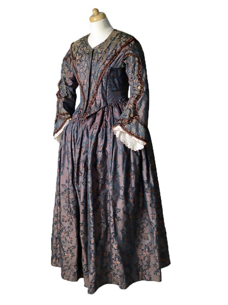 <p>Hedvábné šaty ve stylu druhého rokoka, 60. léta 19. století.</p>
