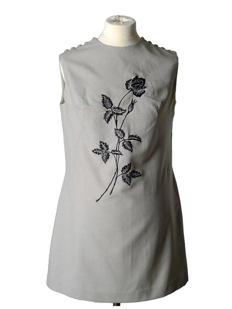 <p>Maturitní plátěné šaty použité v Brandýse nad Labem, 1965.</p>