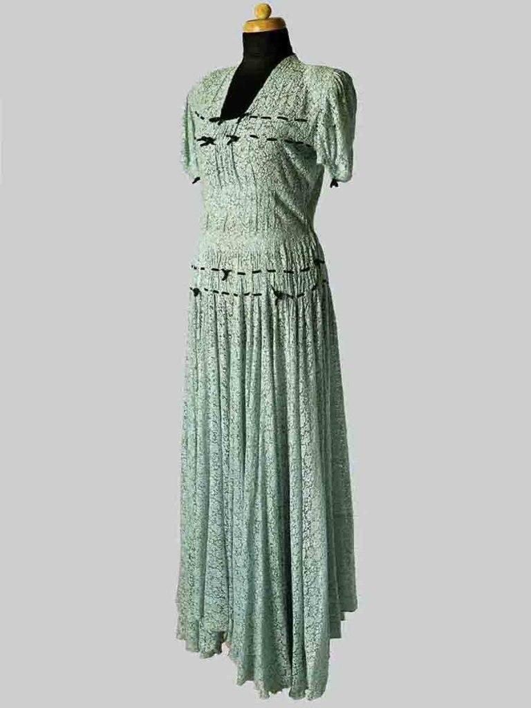 <p>Tyrkysové šaty z bavlněné krajky, 20. - 30. léta 20. století.</p>