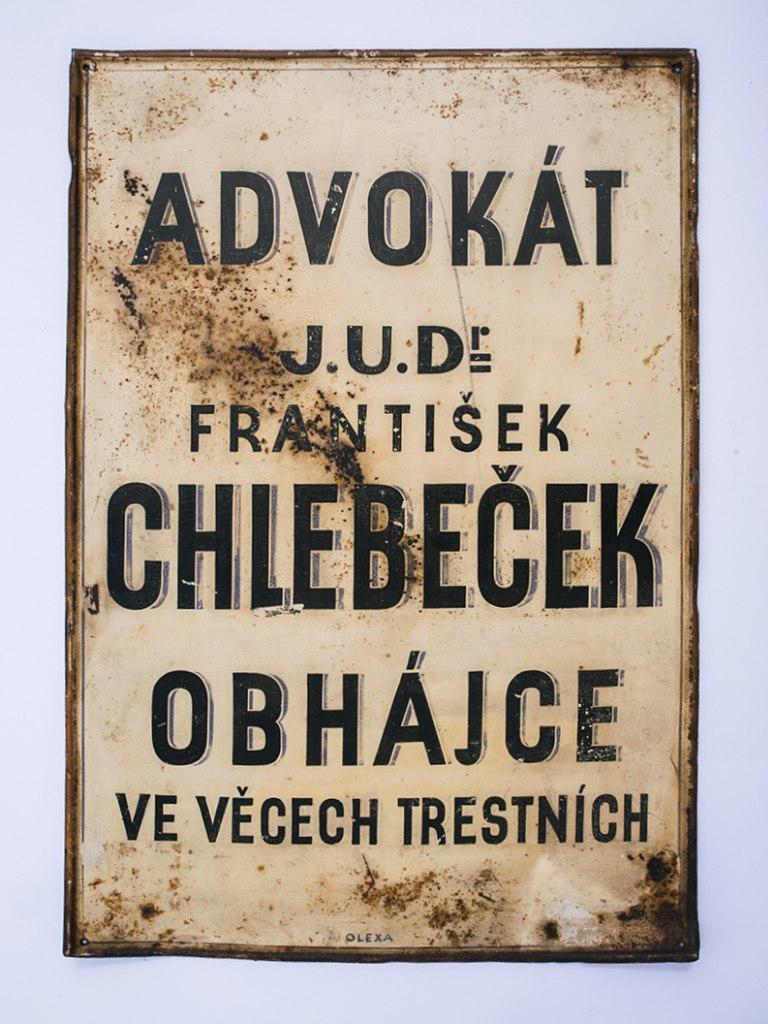 <p>Vývěsní štít advokáta JUDr. Františka Chlebečka, 20. – 40. léta 20. století.</p>