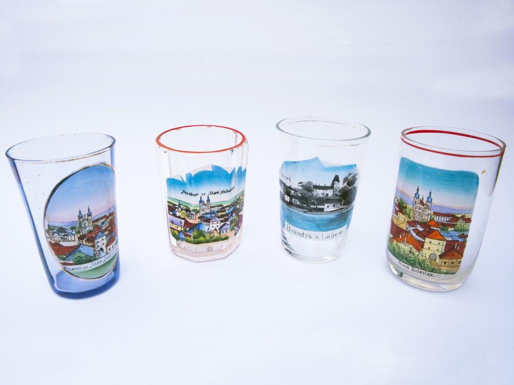 <p>Upomínkové skleničky (číšky) s motivy 3x Staré Boleslavi a 1x brandýského zámku, 1. polovina 20. století</p>