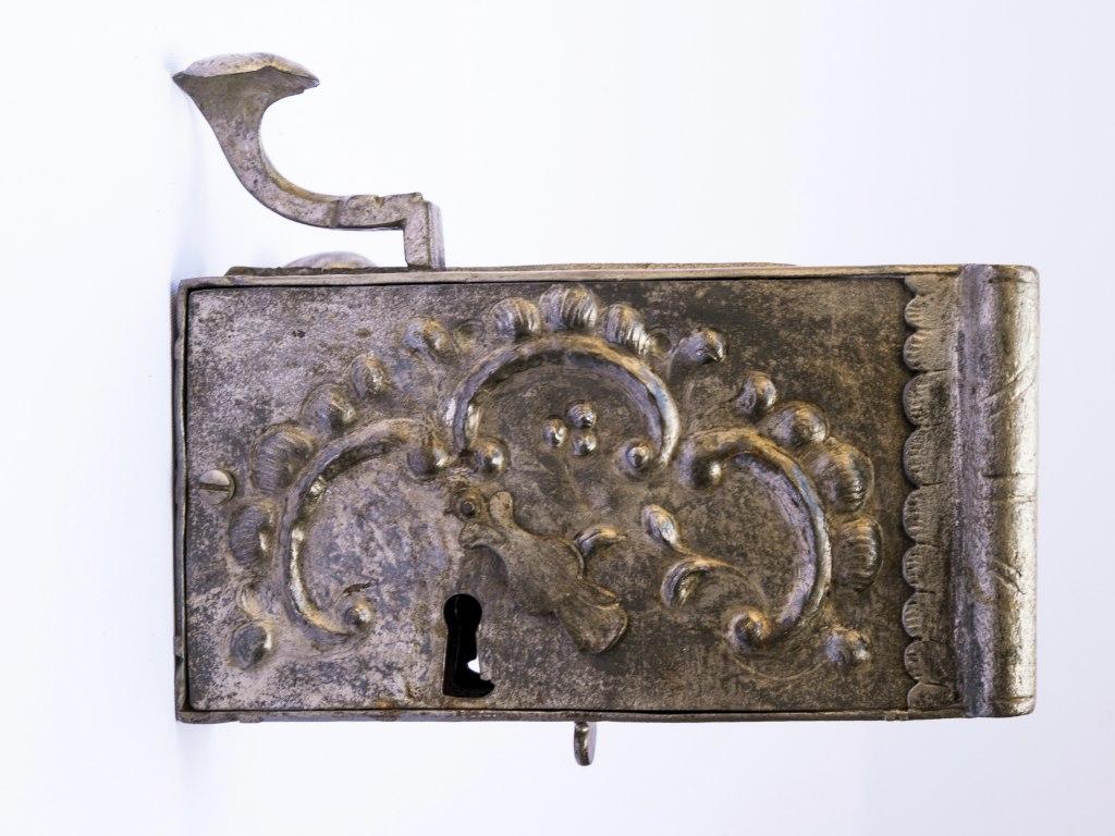 <p>Rokokový dveřní zámek, 18. století</p>