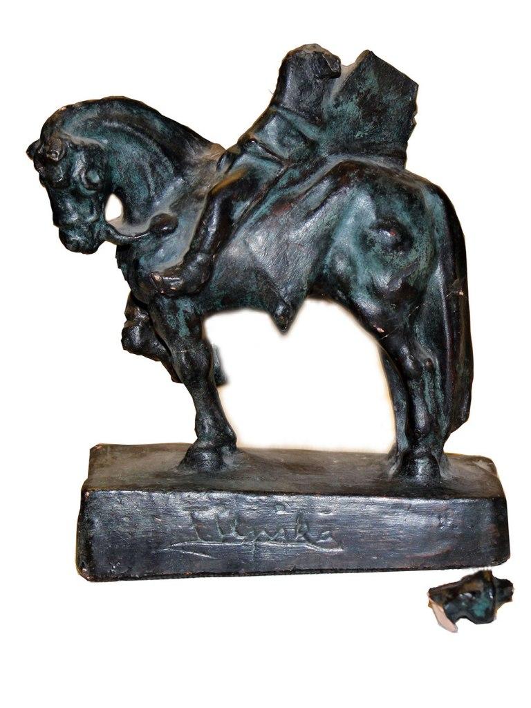 <p>Jezdec, patinovaná sádra, výška 20cm, autor: F. Úprka, datace počátek 20. století.</p>