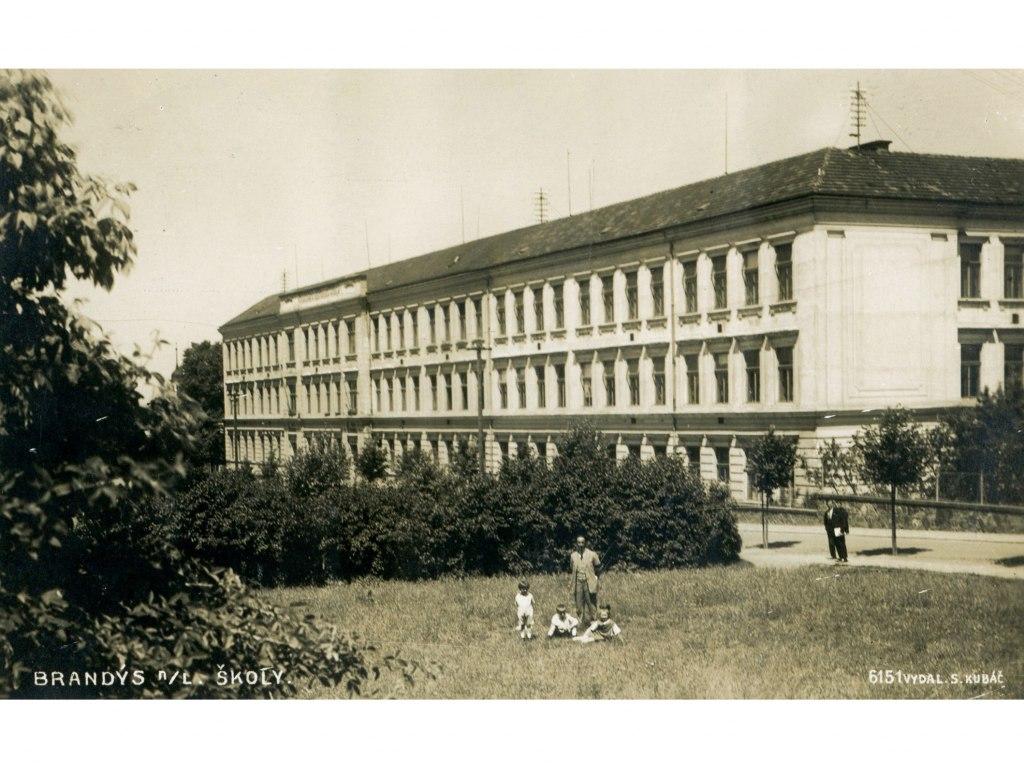 <p>Pohlednice ze sbírky R. Činovce zroku 1926, základní škola vBrandýse nad L. Škola byla otevřena v září 1905. Dnes hovoříme o ZŠ vulici Palachova.</p>