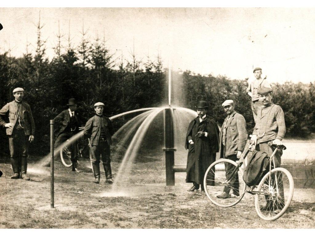 <p>První vrt artézské studně pro káranskou vodárnu vroce 1904. Originál od R. Karouška ze Staré Boleslavi.</p>