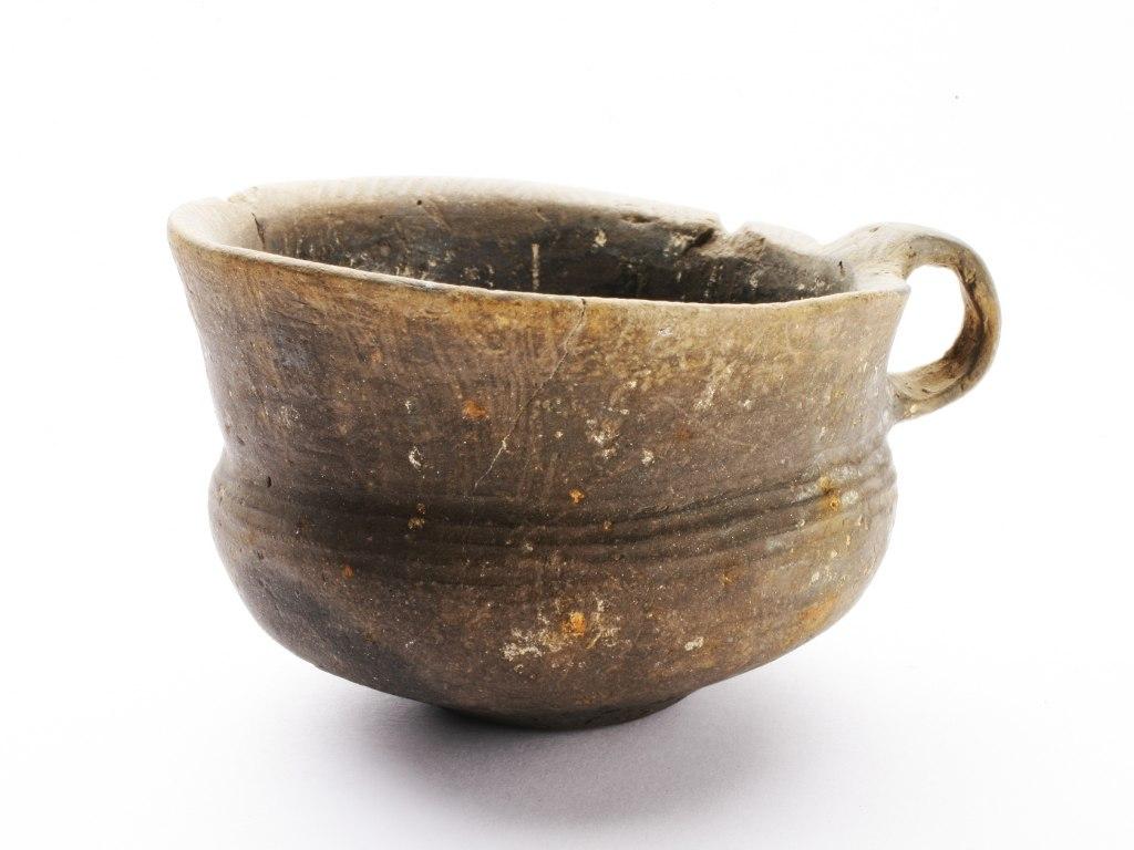 <p>Koflík s nálevkovitým hrdlem, pozdní doba bronzová, štítarská kultura, 1000 - 800 př. n. l.</p>