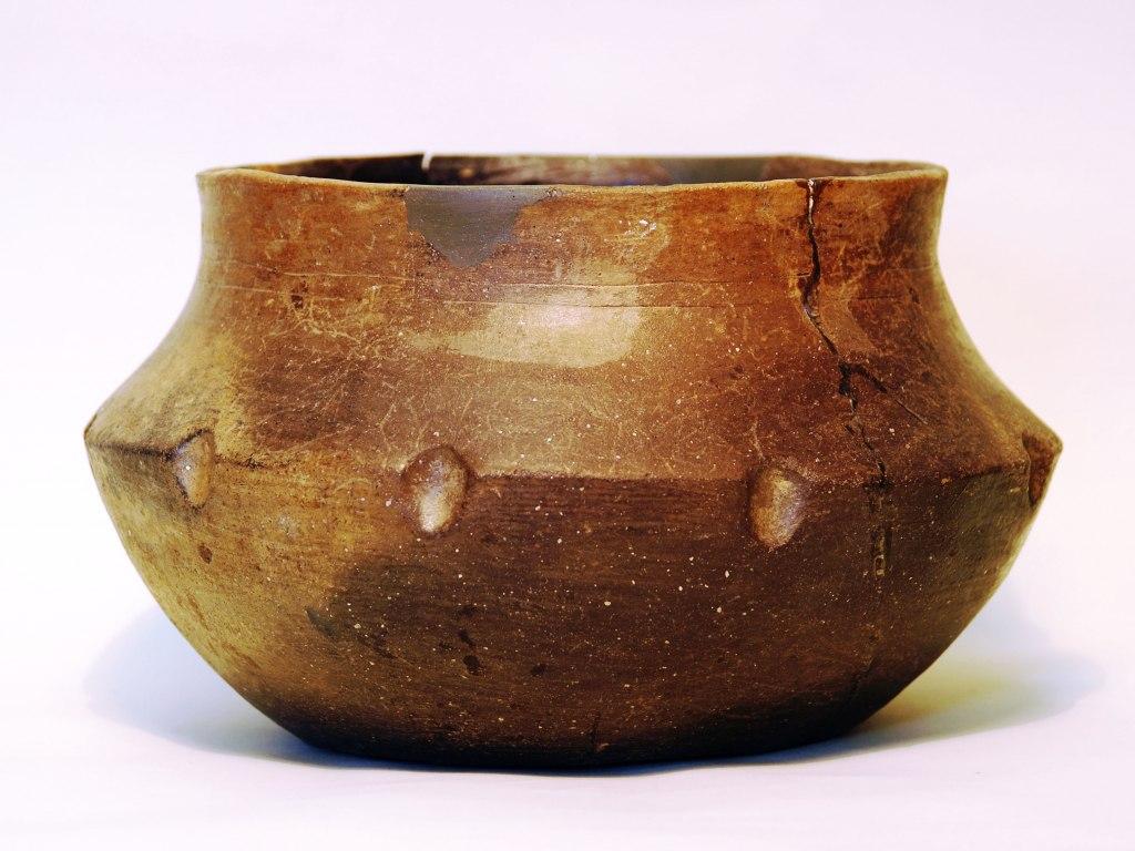<p>Hluboká mísa s lomem na výduti, doba stěhování národů, 400 - 550.</p>