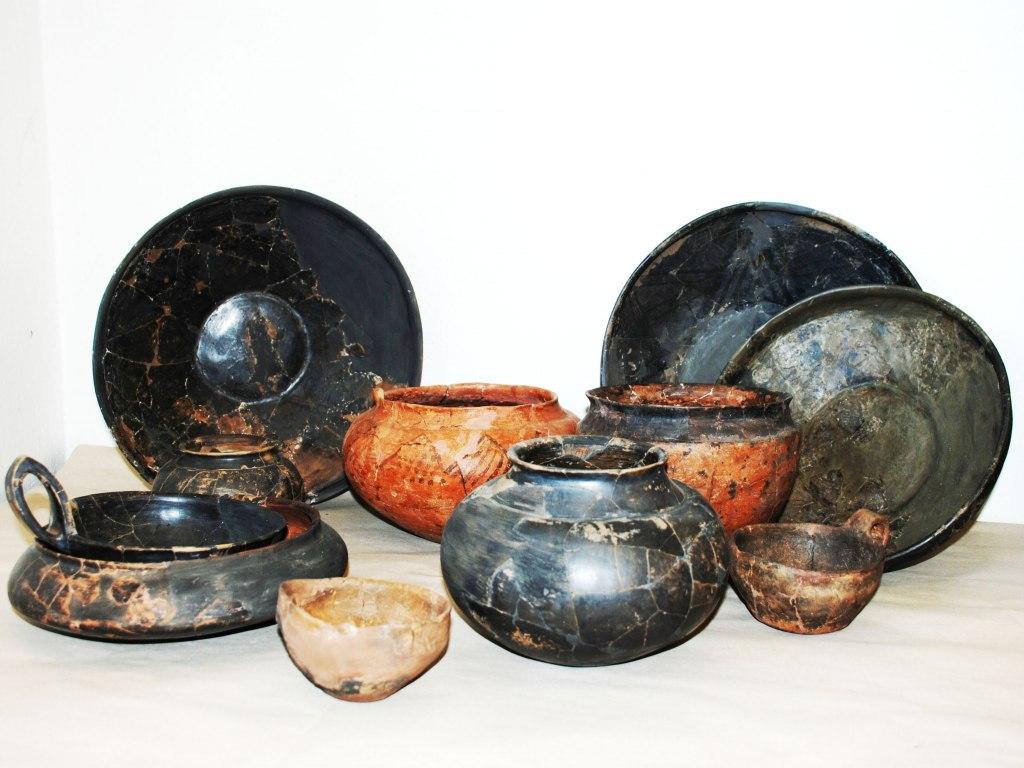 <p>Soubor keramiky z výbavy hrobu, starší doba železná, bylanská kultura, 800 - 600 př. n. l.</p>