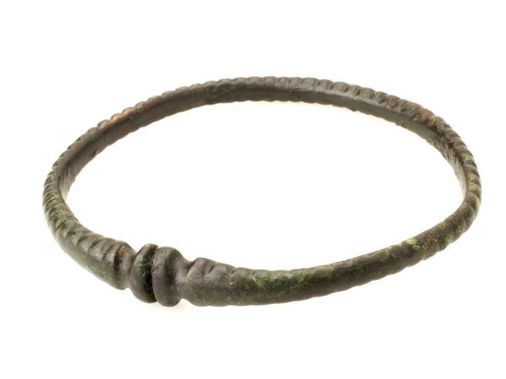 <p>Bronzový náramek s rozšířenými konci, mladší doba železná, 400 př. n. l. – 0.</p>