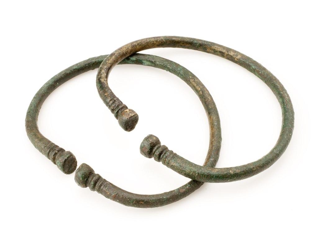 <p>Dva bronzové nápažní kruhy, mladší doba železná, 400 př. n. l. – 0.</p>