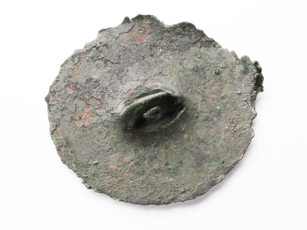 <p>Bronzový terčík s očkem, mladší doba bronzová, knovízská kultura, 1350 – 1050 př. n. l.</p>