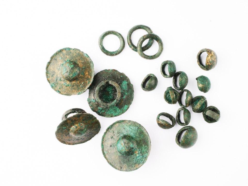 <p>Soubor bronzových ozdob řemení, starší doba železná, bylanská kultura, 800 - 600 př. n. l.</p>