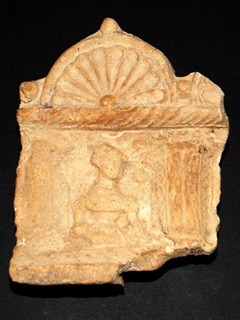 <p>Renesanční římsový kachel s reliéfní výzdobou, 16. století.</p>