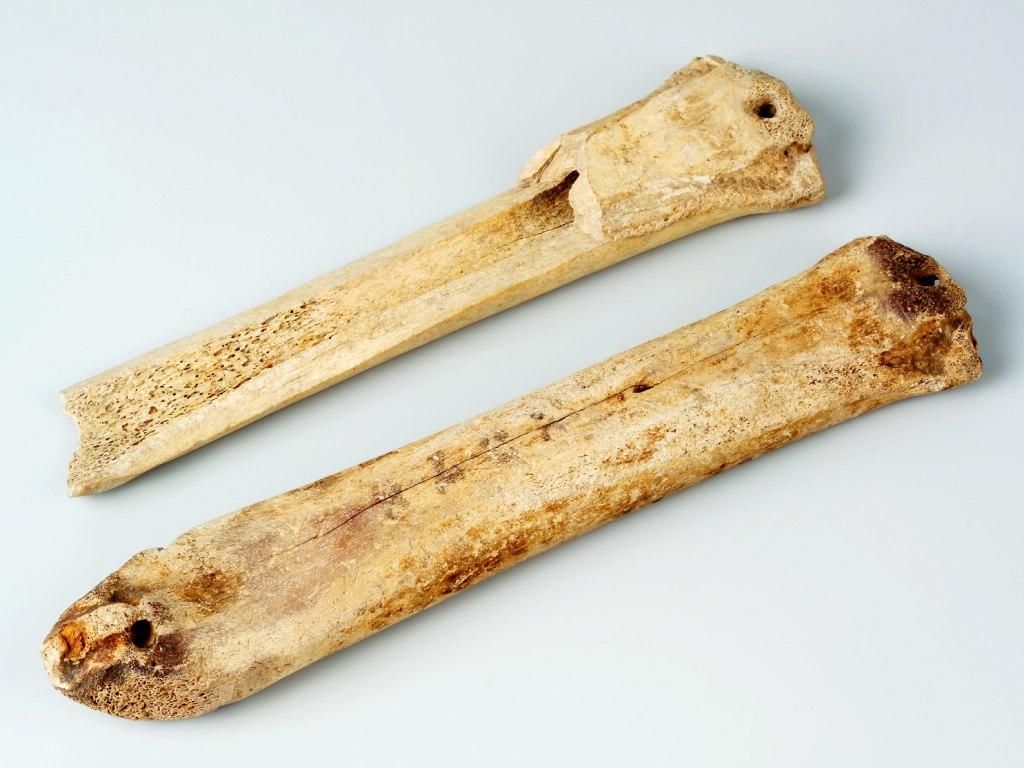 <p>Kostěné brusle, 10. – 13. století.</p>