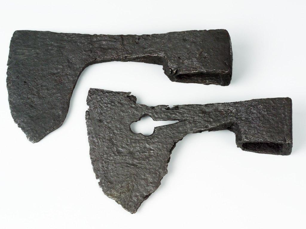 <p>Železné tesařské sekery, 13. – 15. století.</p>