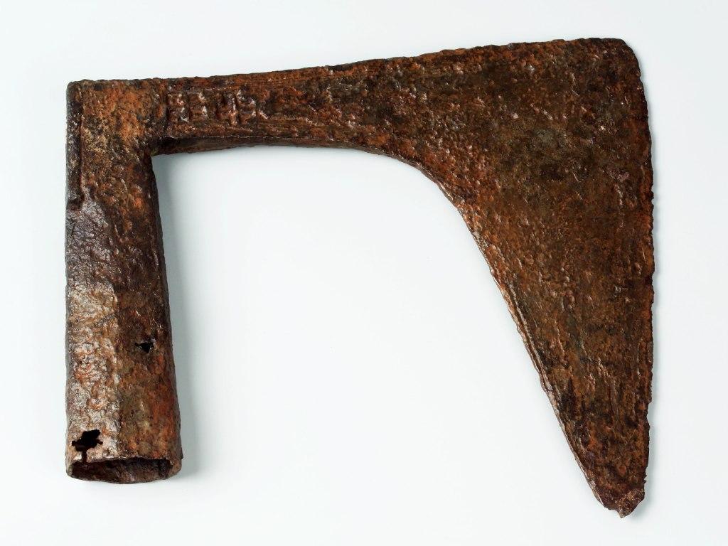 <p>Železná sekera se širokým ostřím a dlouhou tulejí, 15. – 17. století.</p>
