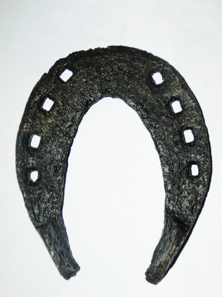 <p>Velká železná koňská podkova, 15. – 17. století.</p>